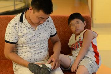 给血友病儿子省注射费 爸爸在自己胳膊上练习一年扎针