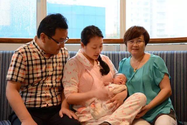 轻松孕期轻松生产 新妈妈给新世纪妇女儿童医院送锦旗