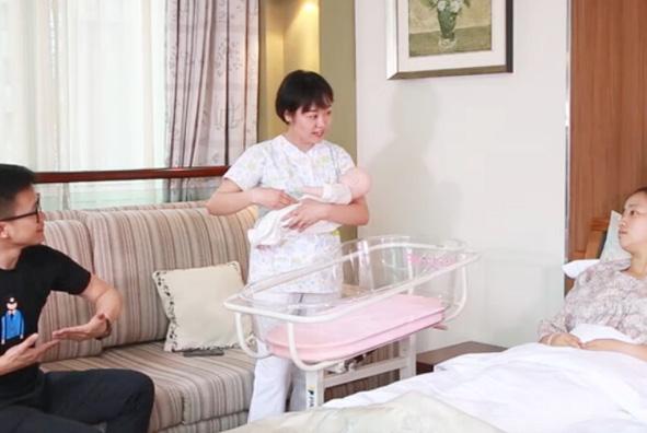 新生宝宝软乎乎的咋个抱嘛?张孃手把手教你抱新生儿技巧!